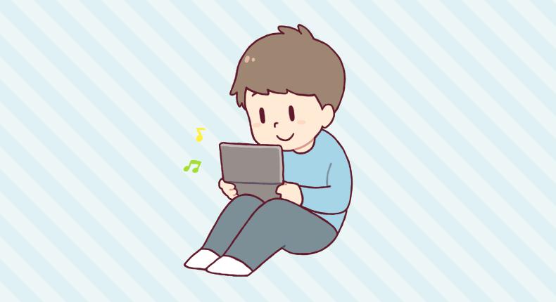 携帯ゲームに集中する少年