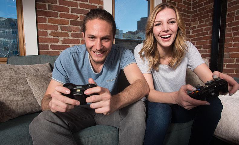 ゲームに熱中するカップル