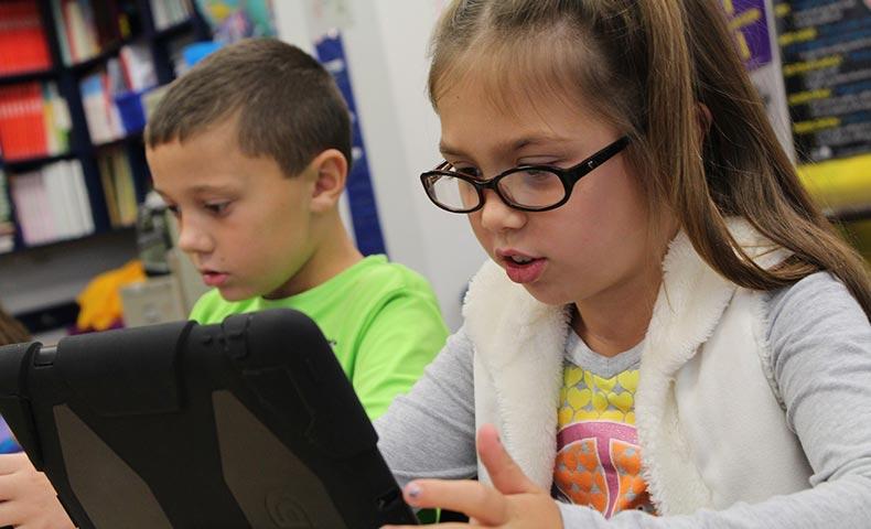 タブレットで学習する外国人の子ども