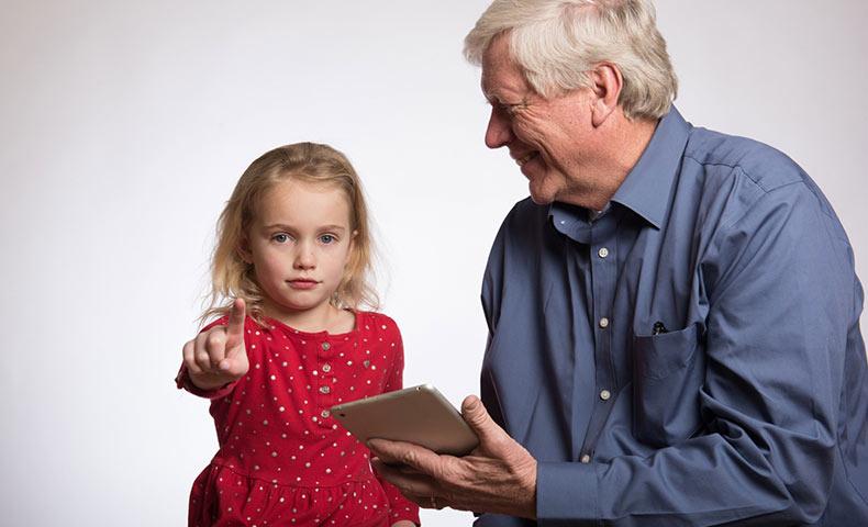 外国人の親子とiPad