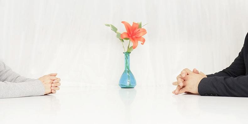 花と向き合う男女