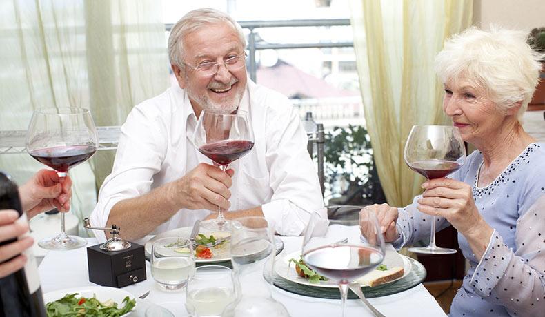 食事を楽しむ老夫婦