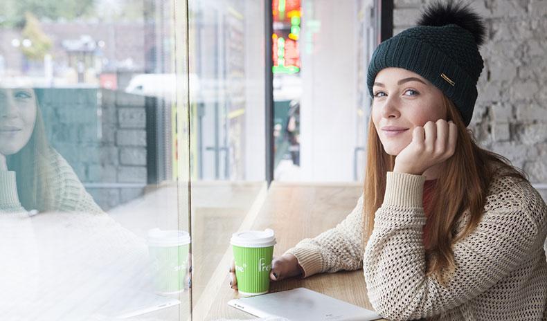 カフェで落ち着く女性