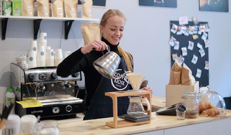 コーヒーをいれる女性