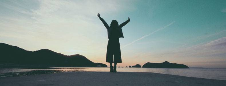 海辺で気分転換する女性