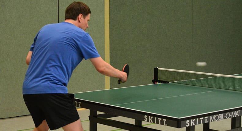 卓球する外国人男性