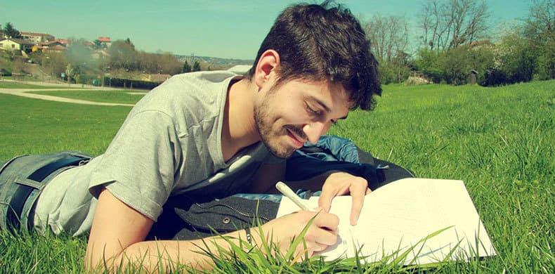 外で執筆する男性