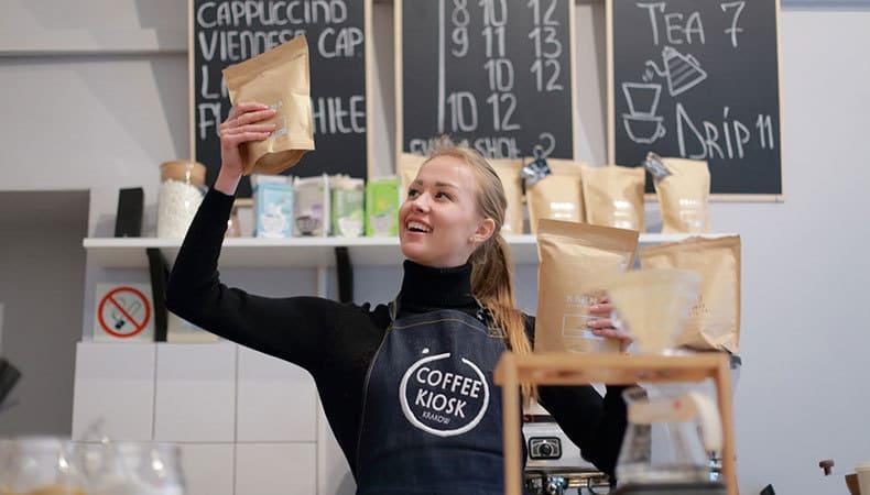 コーヒーショップの女性店員