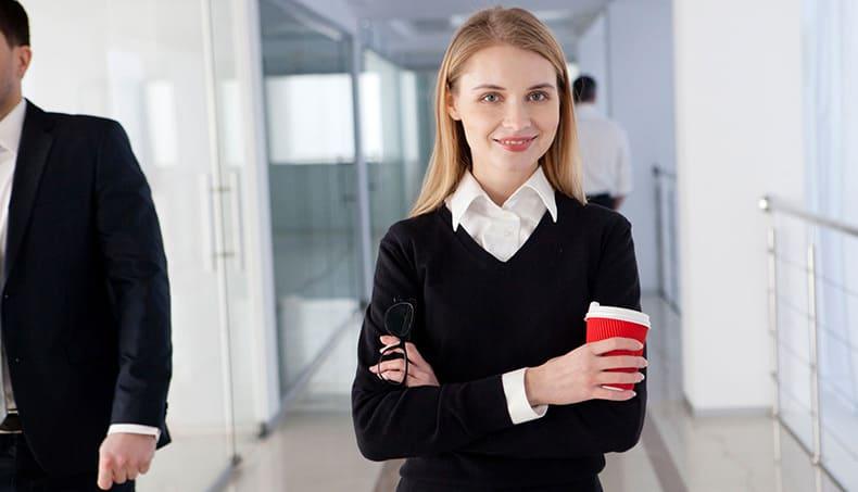 ホットコーヒーを手に持つ女性